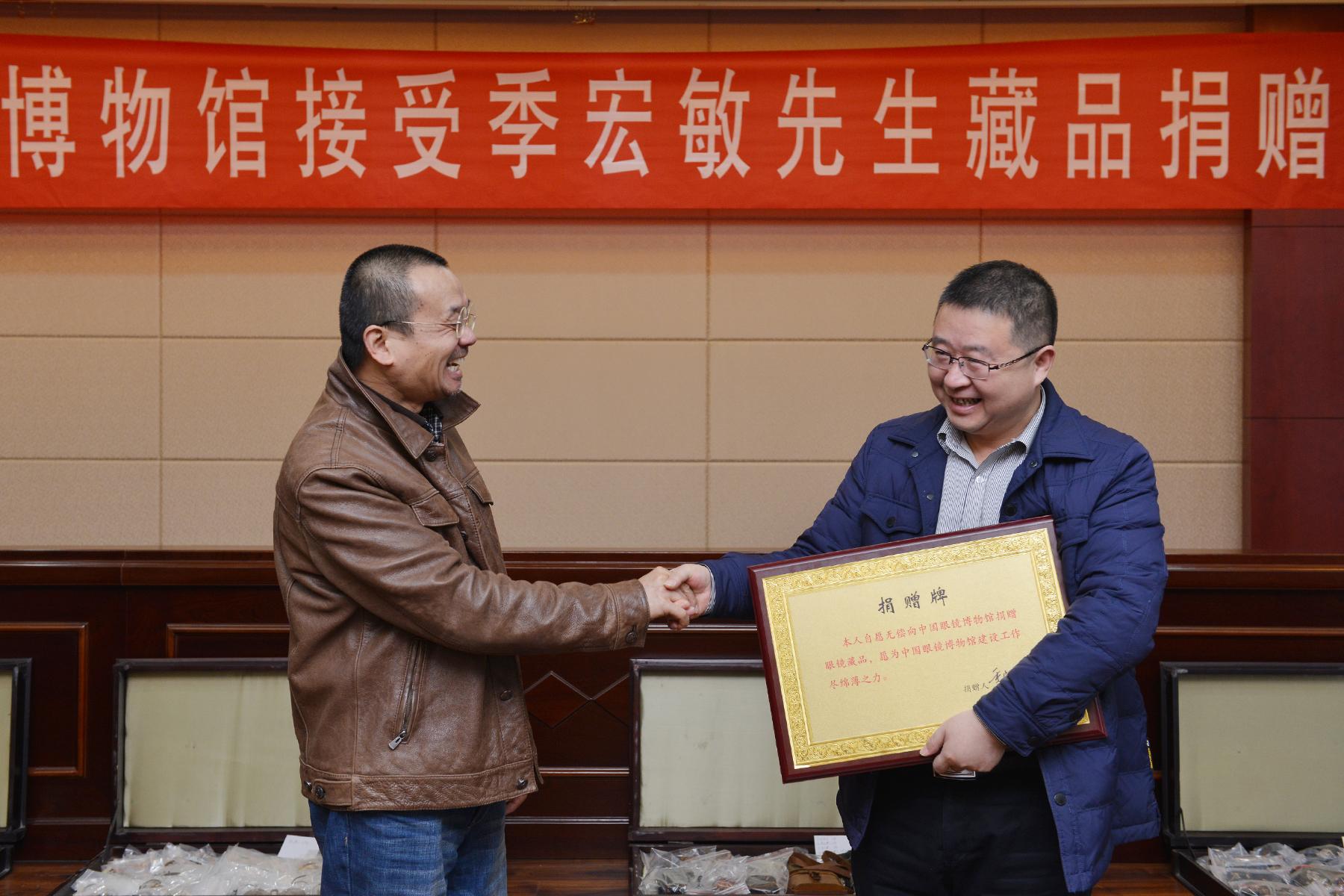 贝博体育正规吗籍画家季宏敏向中国眼镜博物馆捐赠藏品